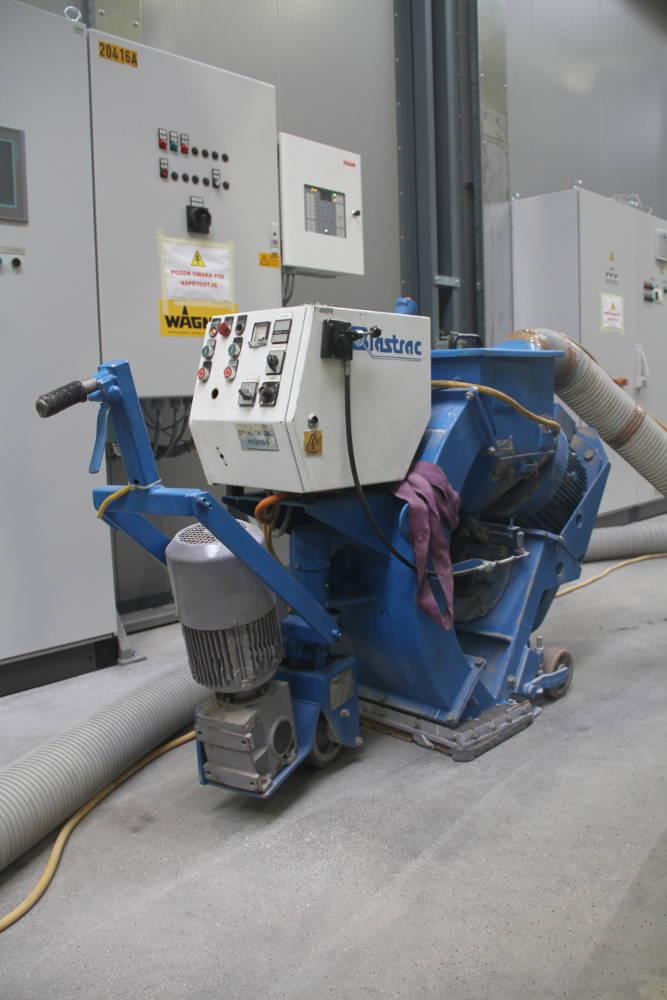 Peskanje betonskih tlakov pred izvedbo samorazlivnega epoksi tlaka